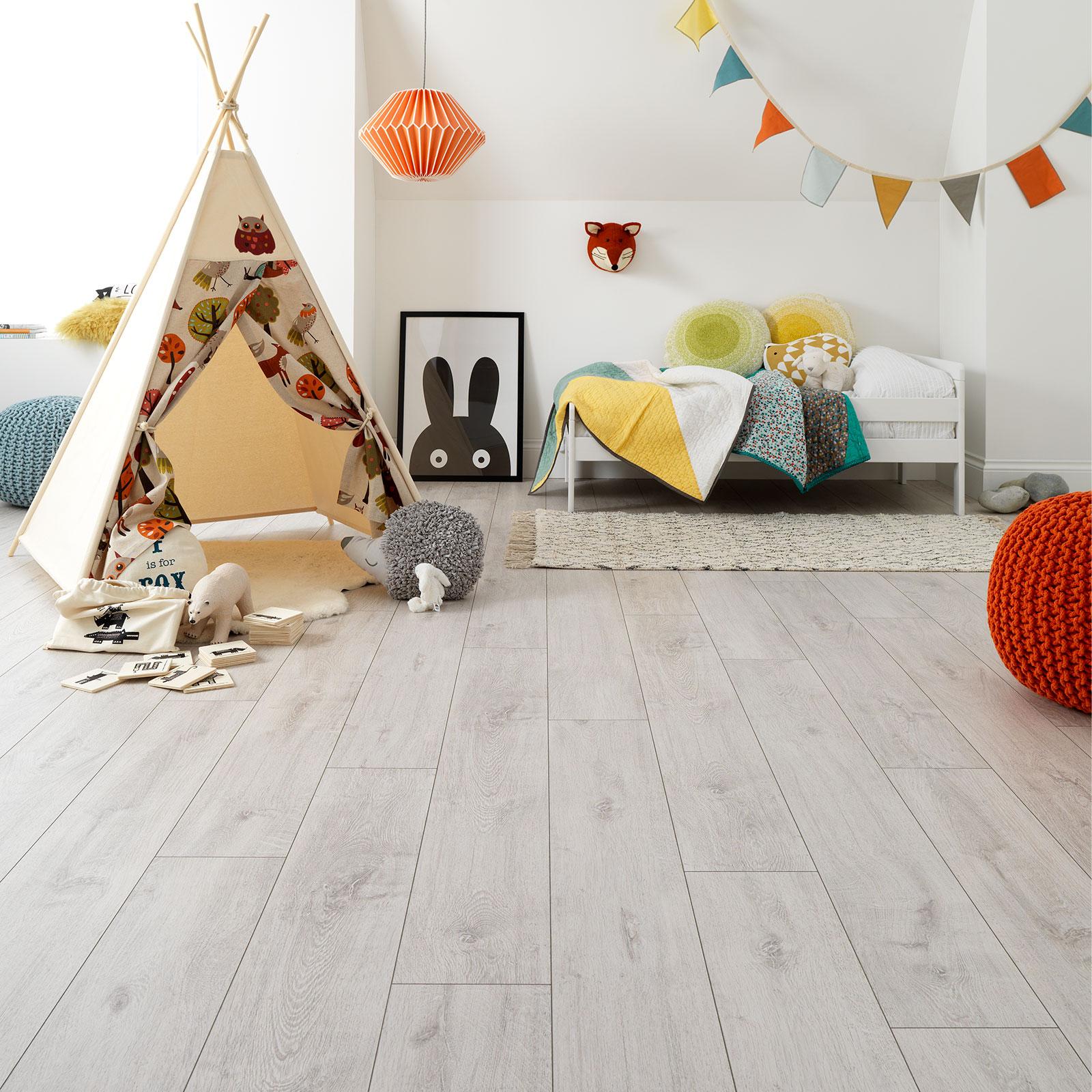 børns soveværelse med hvidt laminatgulv