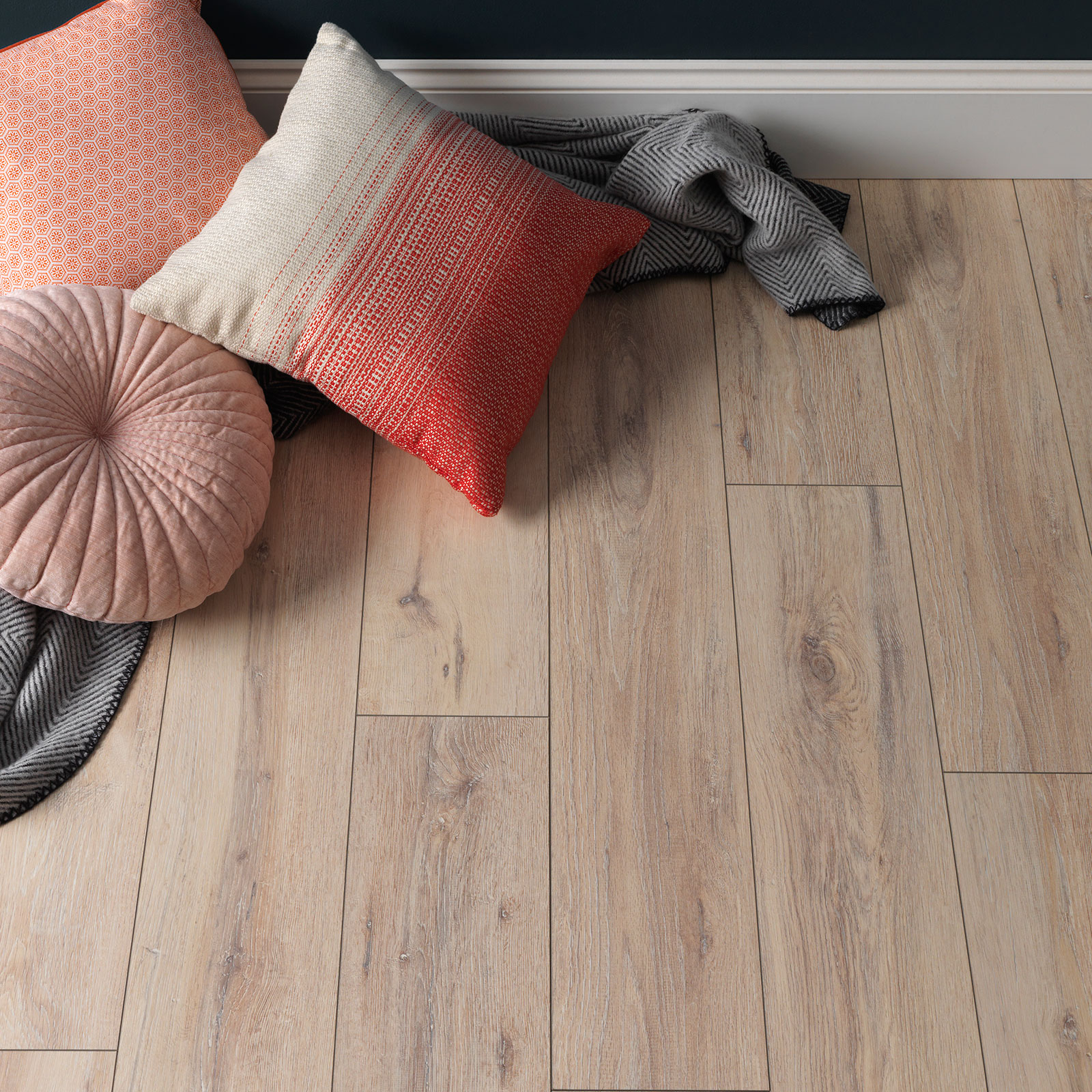 kystlaminatgulv med puder på gulvet
