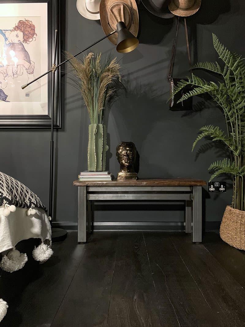 mörk sovrumdekor med svart trägolv