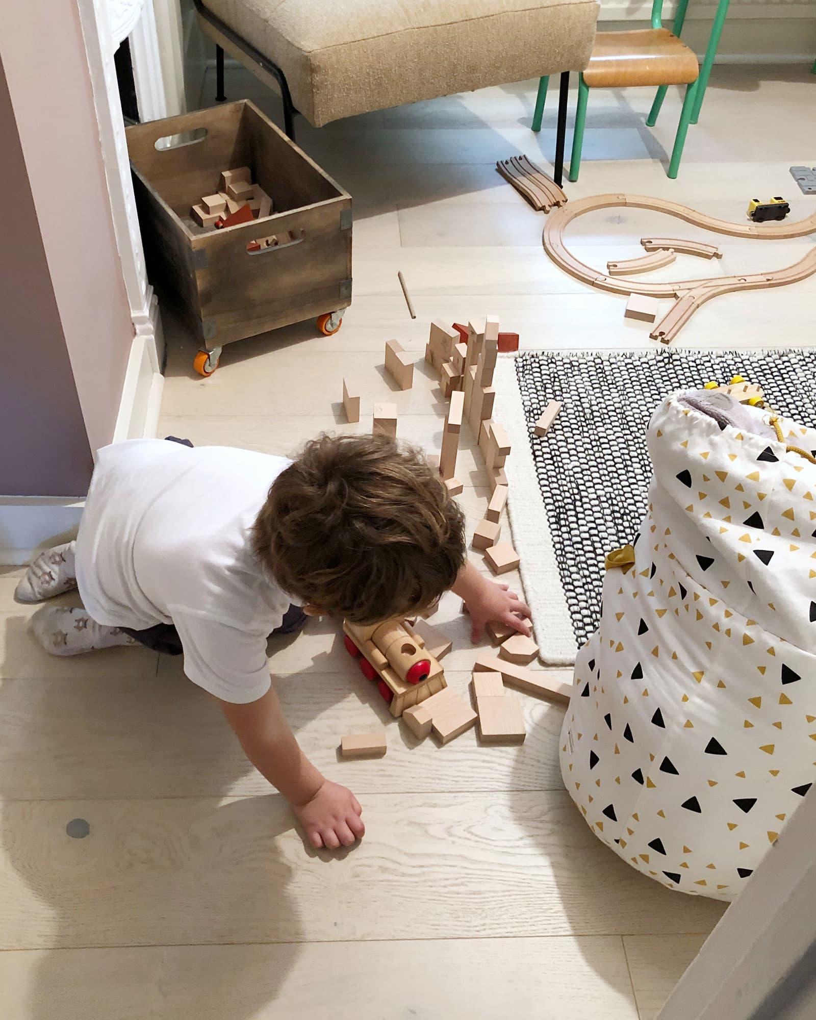 børn, der leger på trægulv