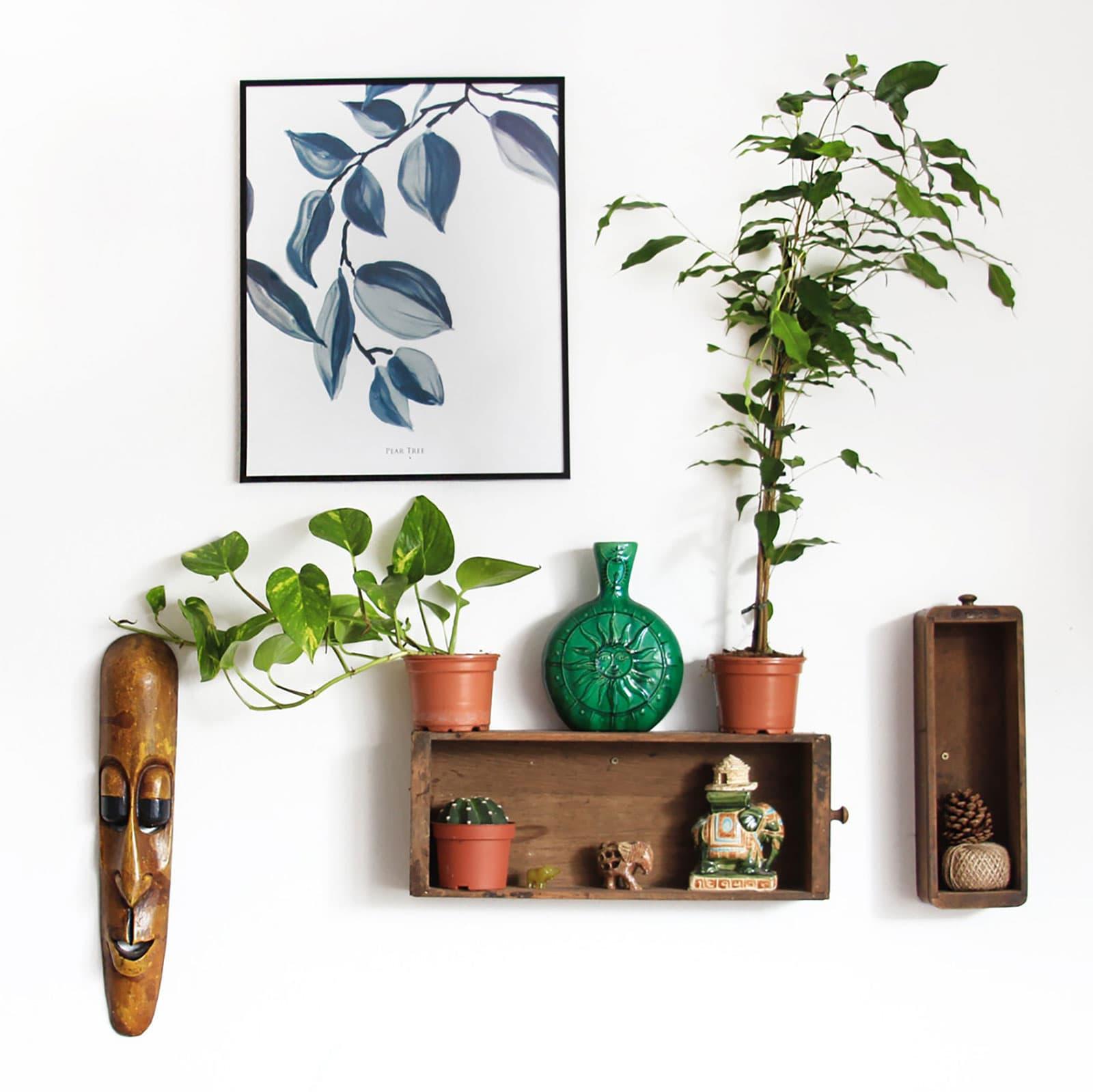 samling av handgjorda föremål på väggen
