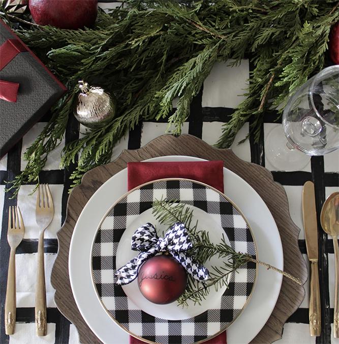 Juleborddekor med rutede mønstre