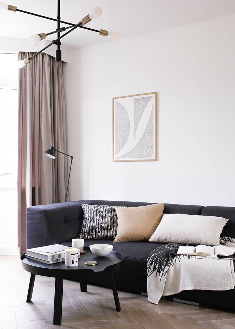 gråt parketgulv med grå sofa