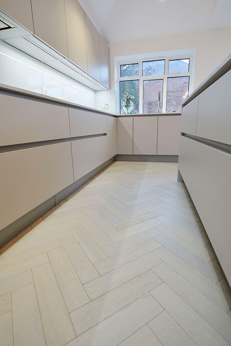 hvide egetrægulve i køkkenet
