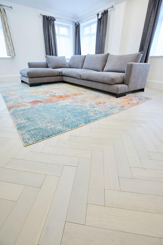 hvide egetrægulve i stue med tæppe