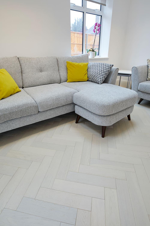 hvide egetrægulve med grå sofa